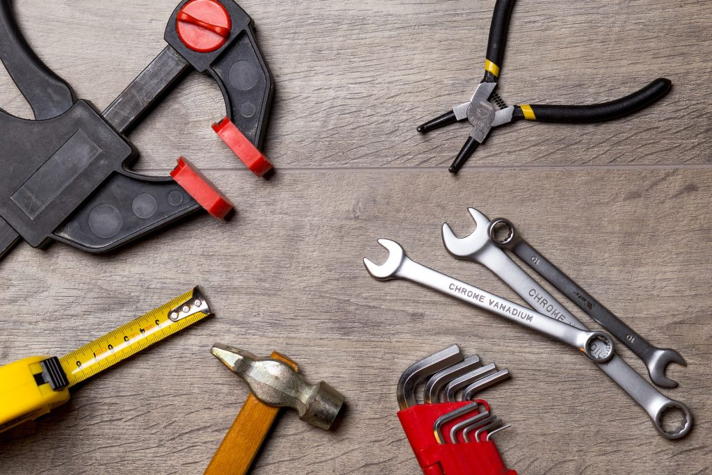 Verschiedene Arten von Werkzeugen auf dem Boden verteilt