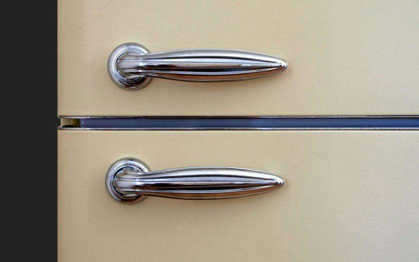 Zwei Griffe am Kühlschrank