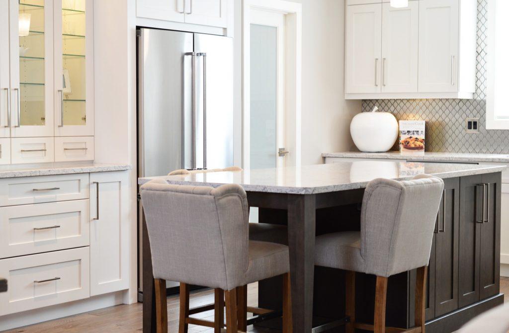 Küche mit einem Esstisch in der Mitte