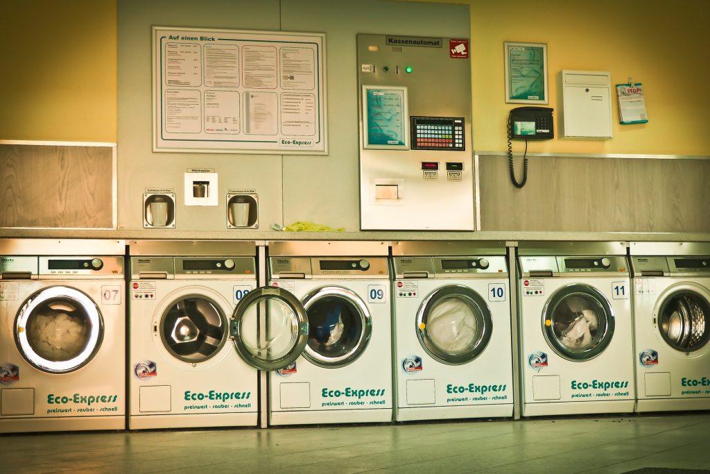 Waschmaschinen in einem Waschsalon.